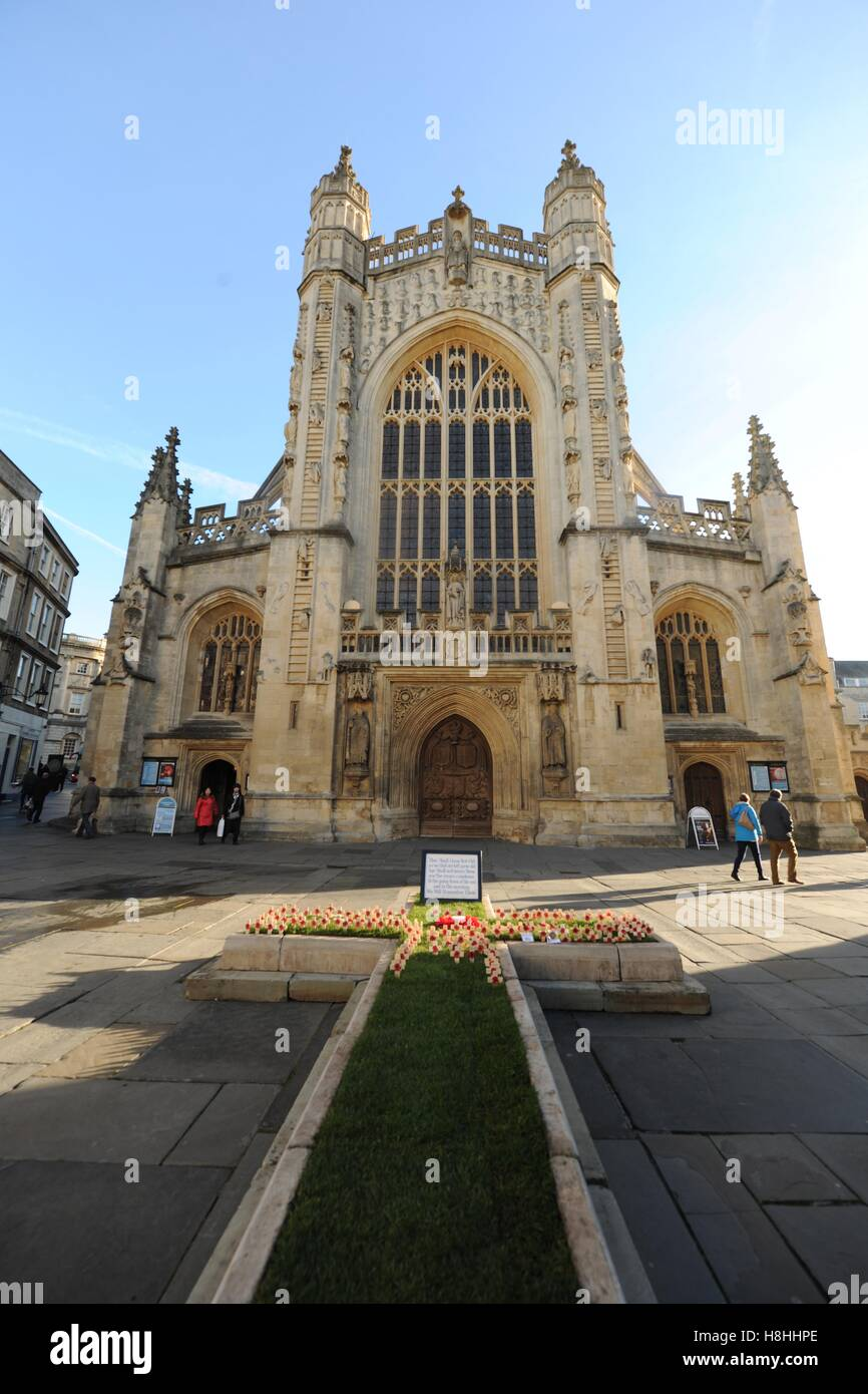 Bath Abbey with red poppies on Armistice Day, 11 November. - Stock Image
