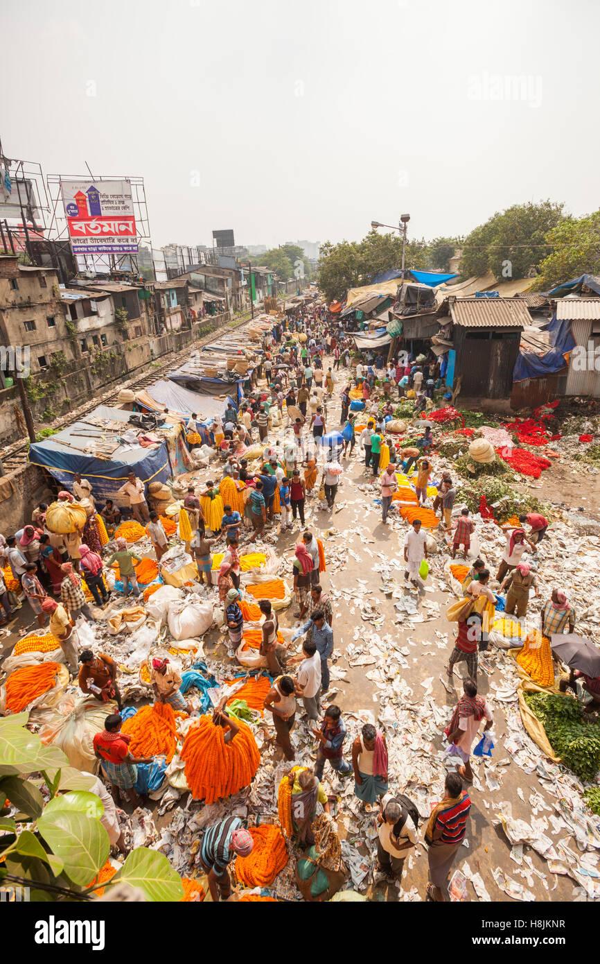 KOLKATA, INDIA - 22 Oct 2016: Vendors and buyers crowd the Mallick Ghat Flower Market on October 22, 2016 in Kolkata - Stock Image