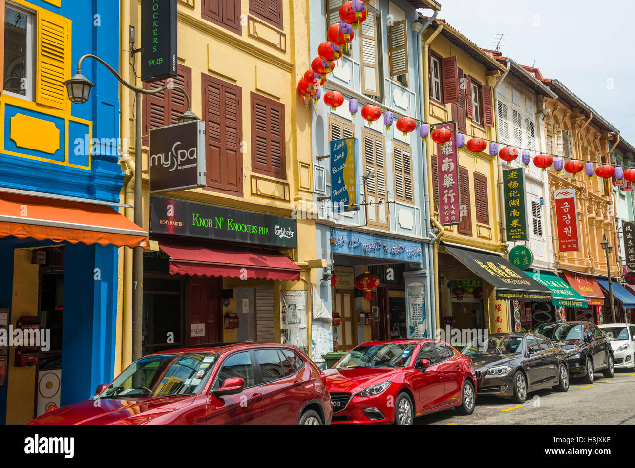 Shophouses and small stalls in Chinatown, Singapore - Stock Image