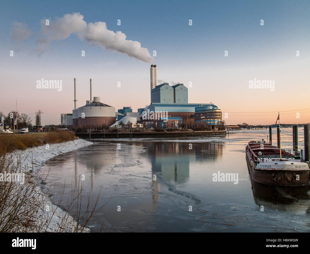Vattenfall coal-fired power plant Tiefstack at the Elbe in  Hamburg, Germany.. - Stock Image