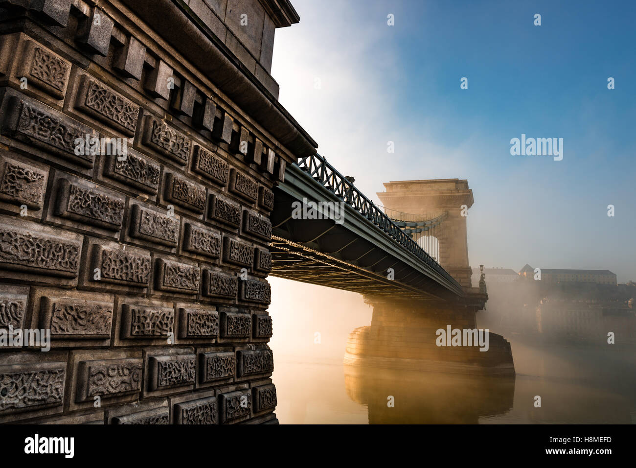 Chain bridge in Hyngarian capital - budapest durind the foggy morning after sunrise - Stock Image