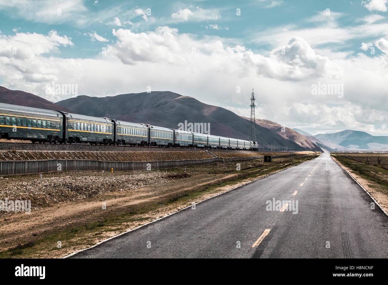 Qinghai-Tibet railway and highway, China - Stock Image