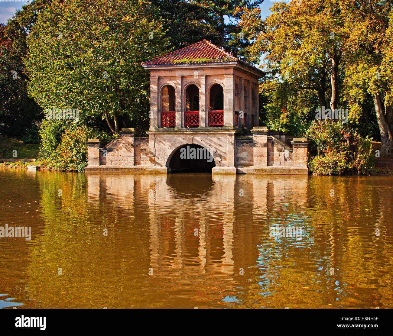 Lakeside reflections of the boathouse at Birkenhead Park - Stock Image