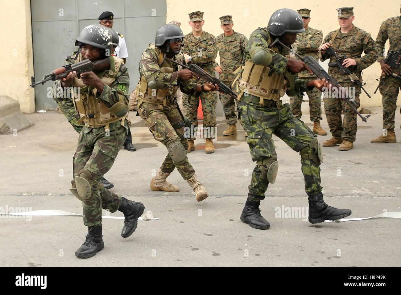 Fuzileiros Navais da Marinha de Guerra Angolana Angolan Marines practice clearing a room during a training exercise - Stock Image