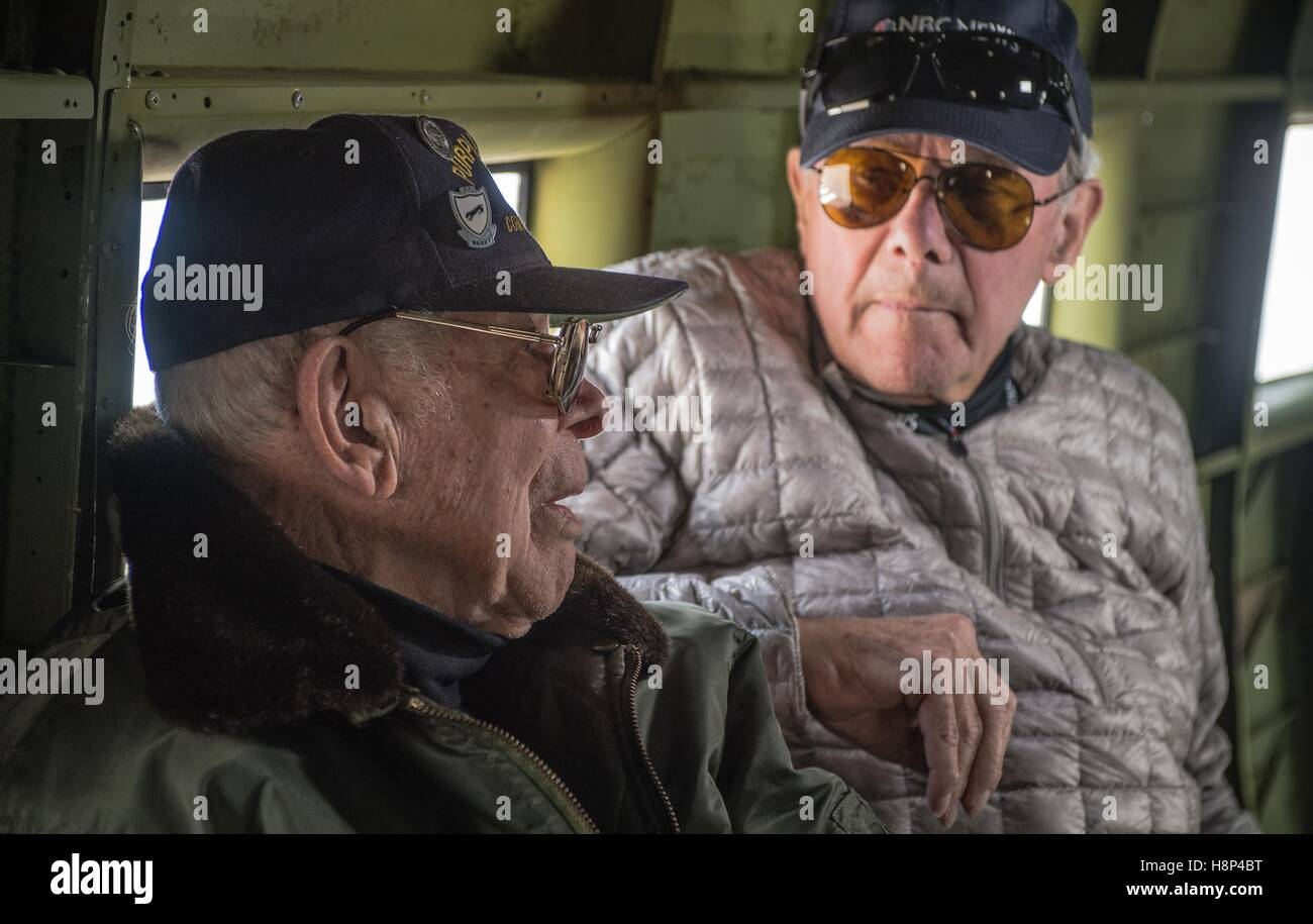 Reporter Tom Brokaw (right) interviews World War II veteran Leslie Cruse during a flight inside a C-47 Skytrain Stock Photo