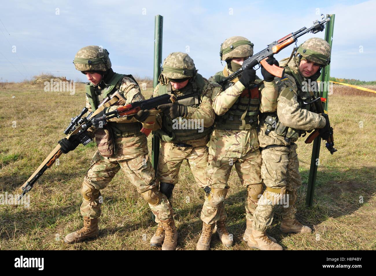 Ukrainian soldiers stack up to practice room clearing procedures during a training exercise at the International - Stock Image