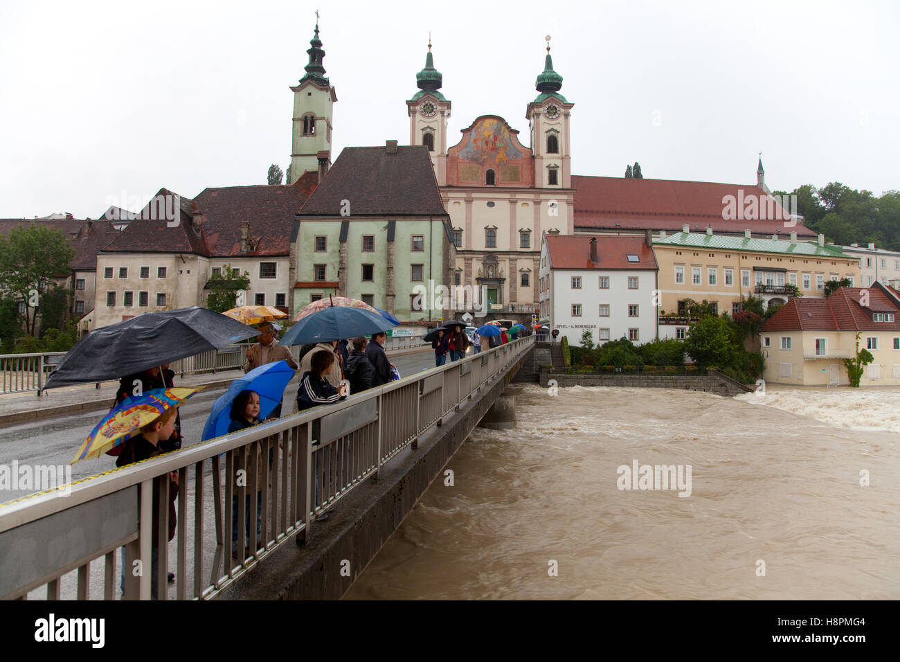 Onlookers, Enns floodwater in Steyr, Upper Austria, Austria, Europe - Stock Image