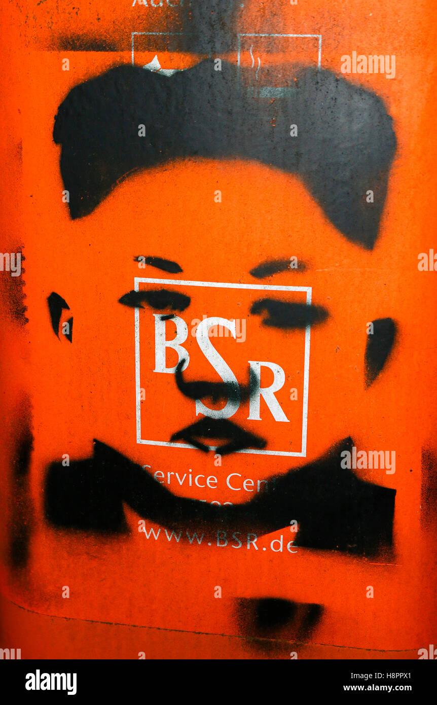 ein Muelleimer mit dem Portrait des nordkoreanischen Diktators Kim Yong Il, Berlin. - Stock Image