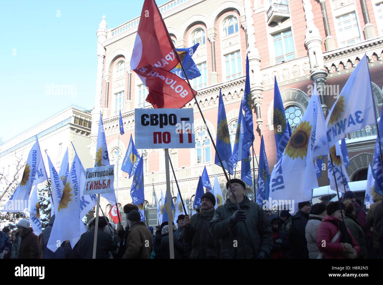 Kiev, Ukraine. 15th Nov, 2016. Bank customers and other demonstrators with flags of the Za Zhittya political party - Stock Image