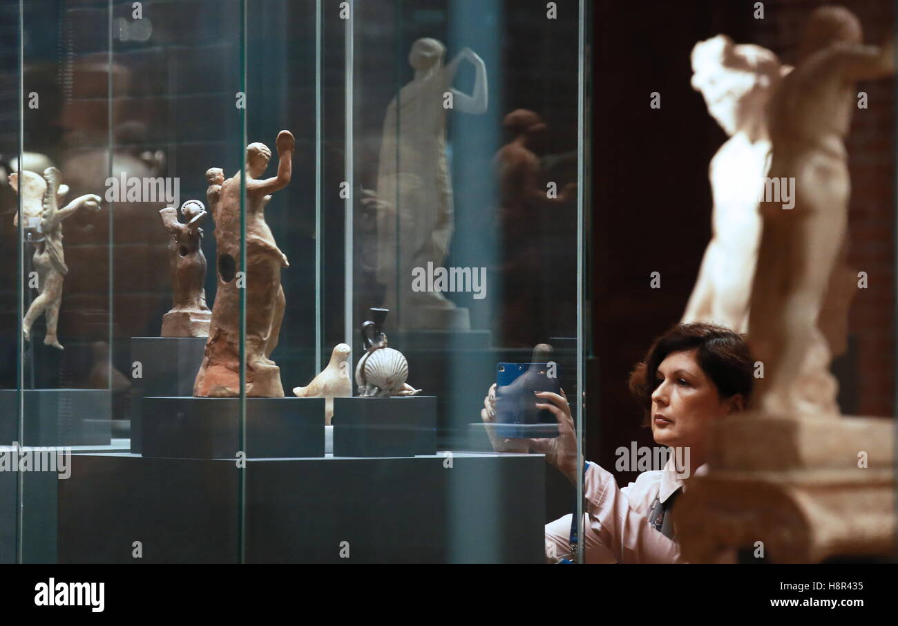 Moscow, Russia. 15th Nov, 2016. A visitor takes a picture of showpieces at the opening of the Gods and Heroes of - Stock Image