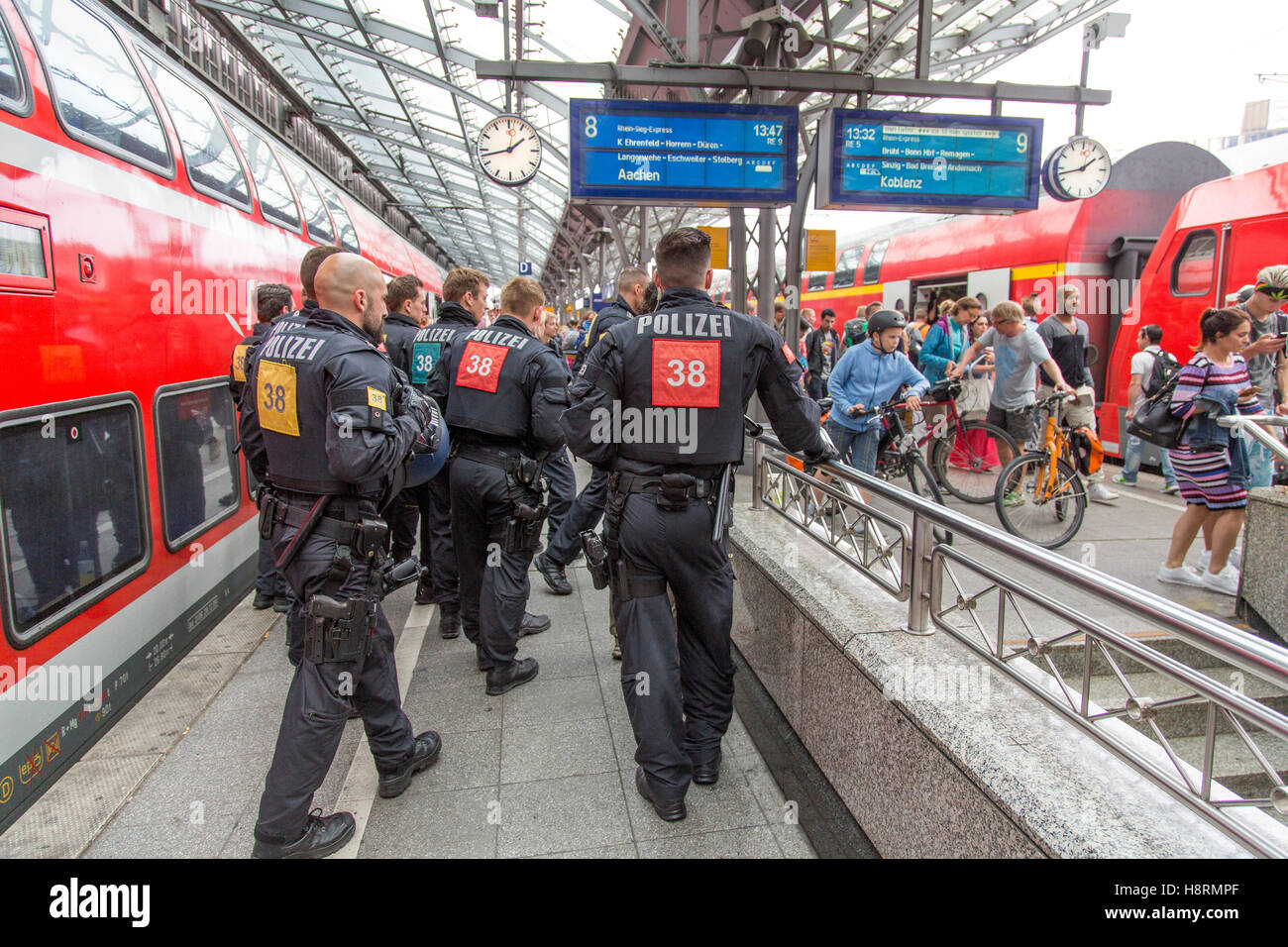 Police, policemen of the federal police on a platform of the main station in Cologne, Germany, riot police unit - Stock Image