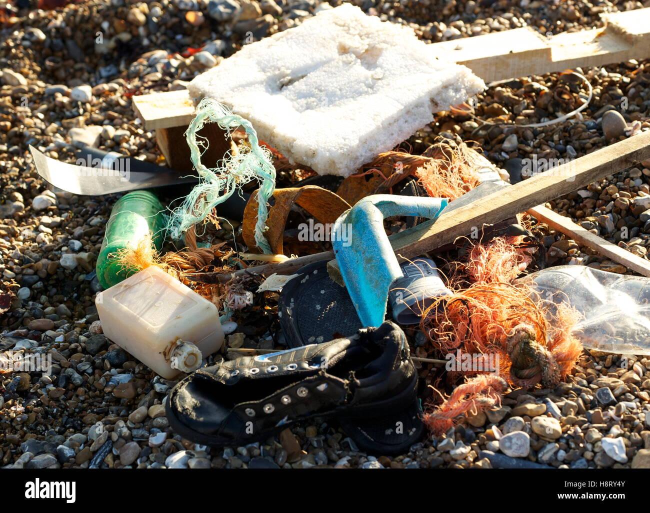 AJAXNETPHOTO. WORTHING, ENGLAND. - SEA JUNK - FLOTSAM WASHED ASHORE; PLASTIC BOTTLES, BITS OF POLYPROPELENE ROPE, - Stock Image