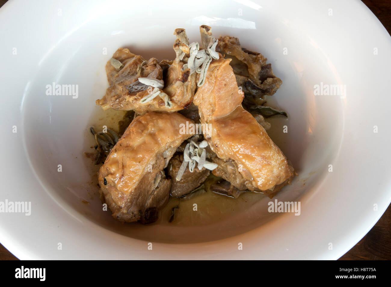 Griechenland, Kreta, griechische Küche, Lassithi-Hochebene, Taverne Vilaeti, Ziege mit Salbei - Stock Image