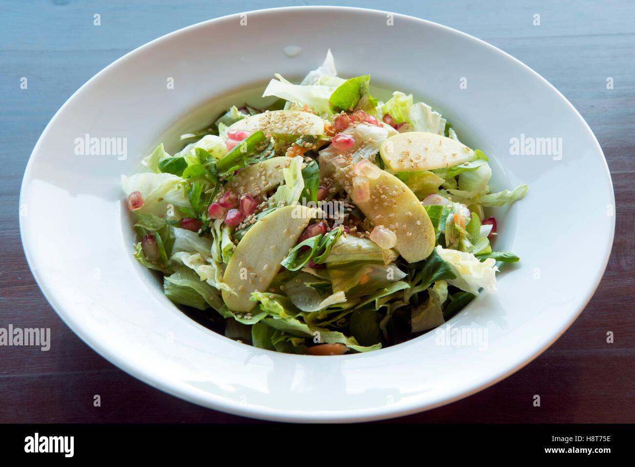 Griechenland, Kreta, griechische Küche, Lassithi-Hochebene, Taverne Vilaeti, Salat mit Granatapfel - Stock Image