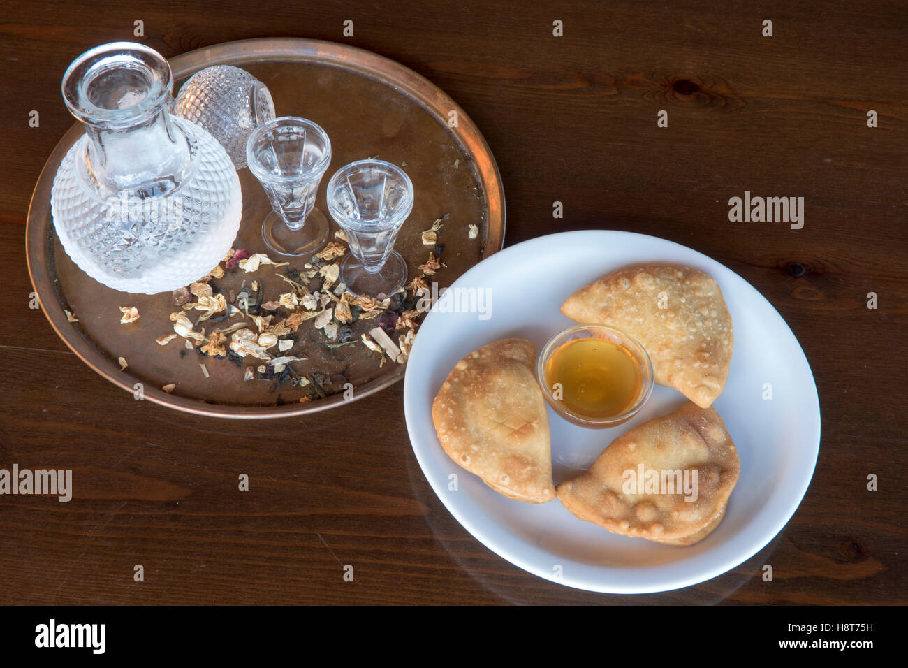 Griechenland, Kreta, griechische Küche, Lassithi-Hochebene, Taverne Vilaeti, Raki (Tsikoudia) mit Käse - Stock Image