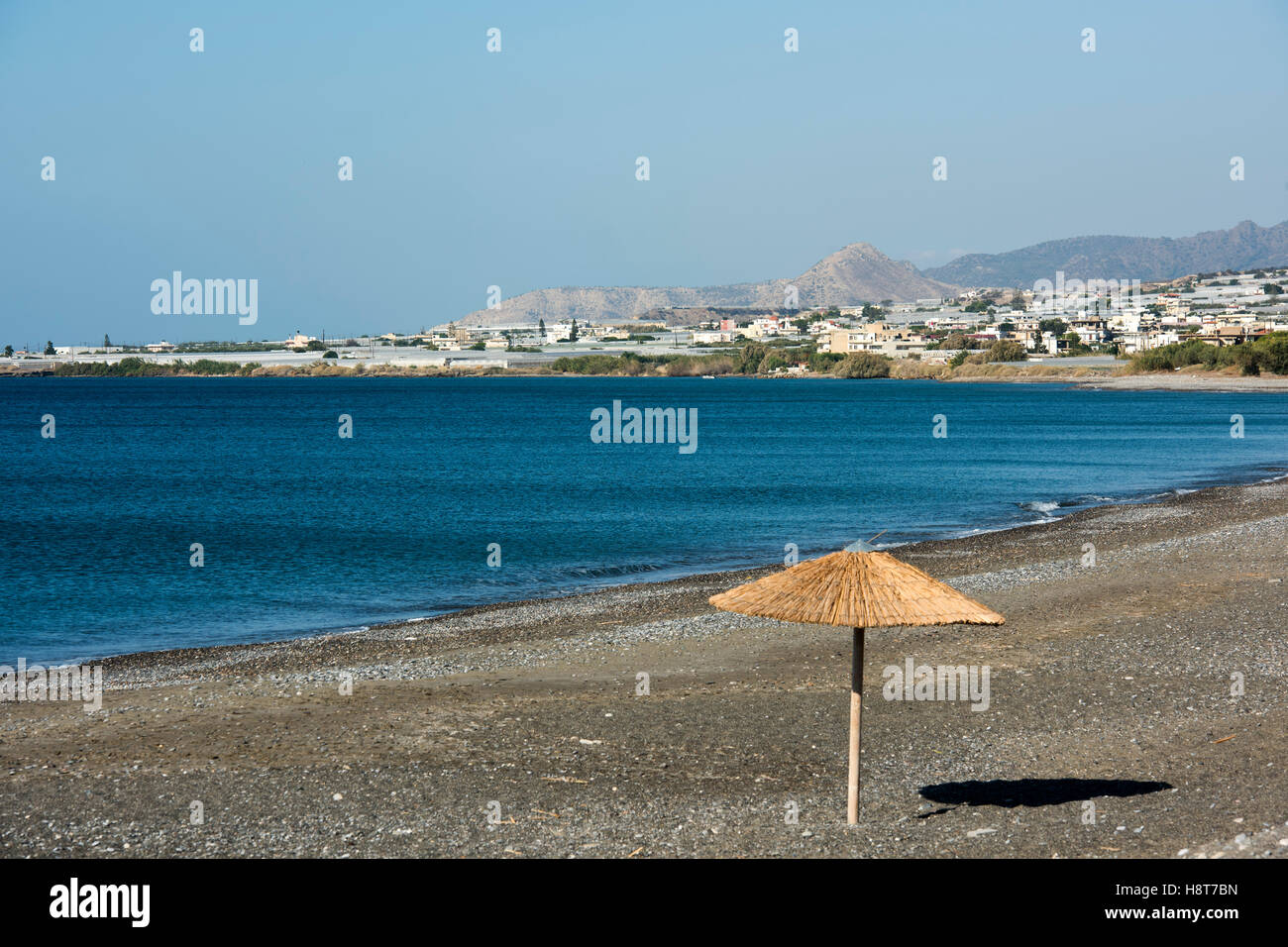 Griechenland, Kreta, Bucht mit Gewächshäusern in Gra Lygia westlich von Ireapetra - Stock Image