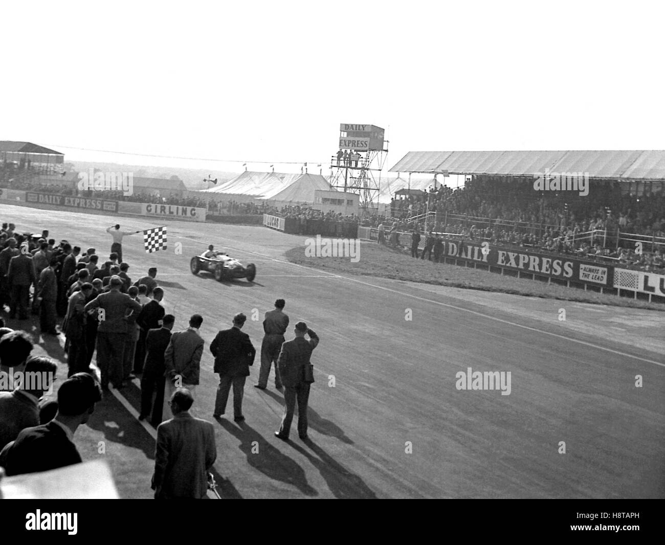 1953 INTERNATIONAL TROPHY LANCE MACKLIN HWM WINS CHEQUERED FLAG - Stock Image
