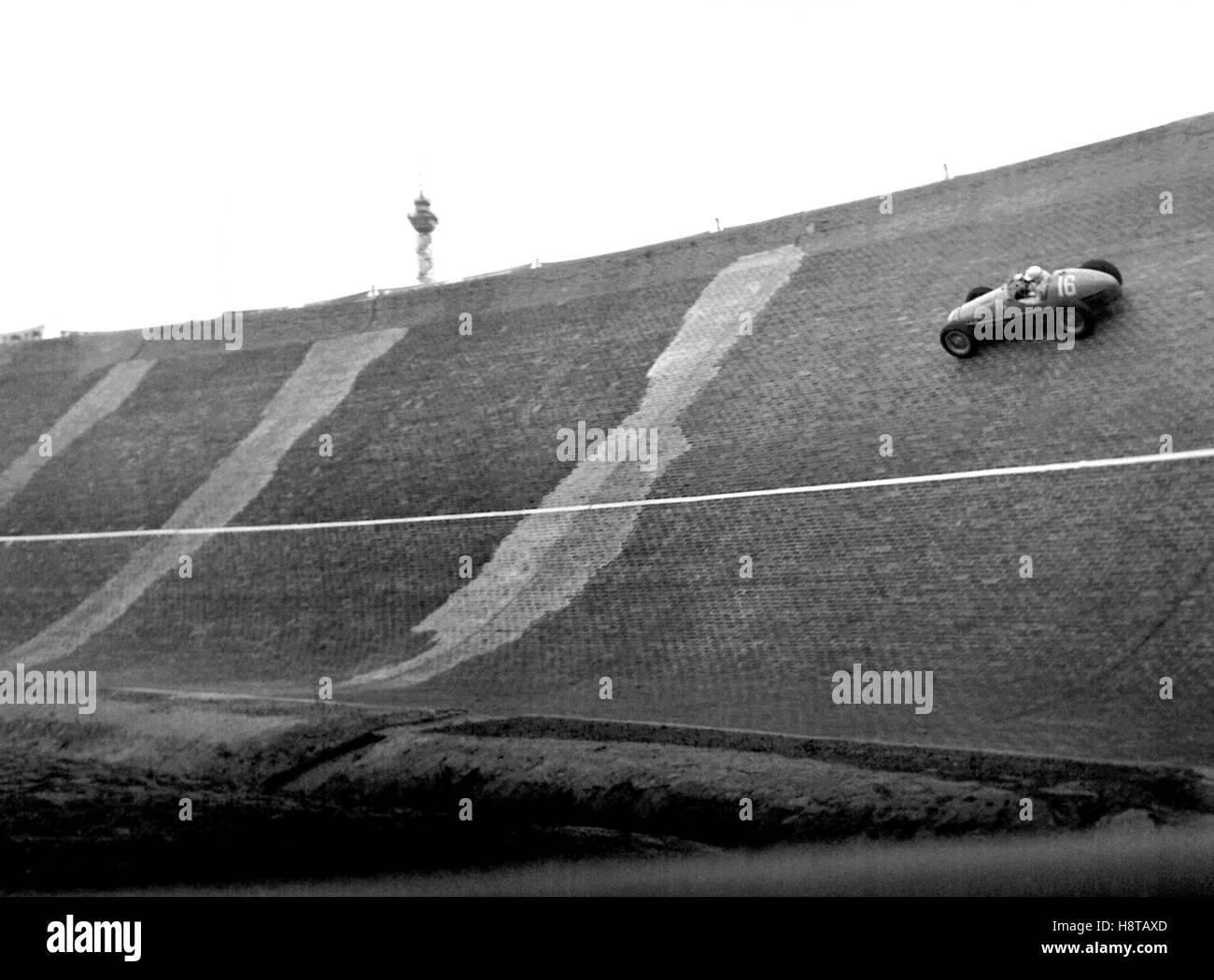 1954 BERLIN GP FRED WACKER GORDINI ON NORTH WALL BANKING - Stock Image