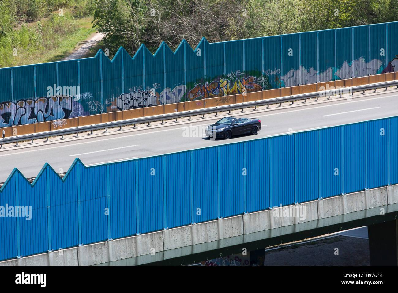 Bundesstraße B 236, bei Dortmund, Straßenbrücke, eingesäumt von Lärmschutzwänden, - Stock Image