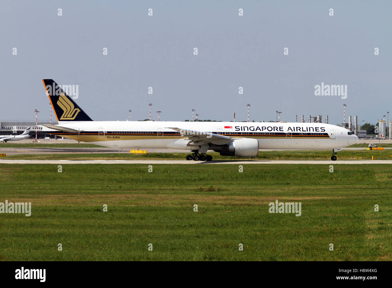 Singapore Airlines, Boeing 777 at Milan - Malpensa (MXP / LIMC) Italy - Stock Image