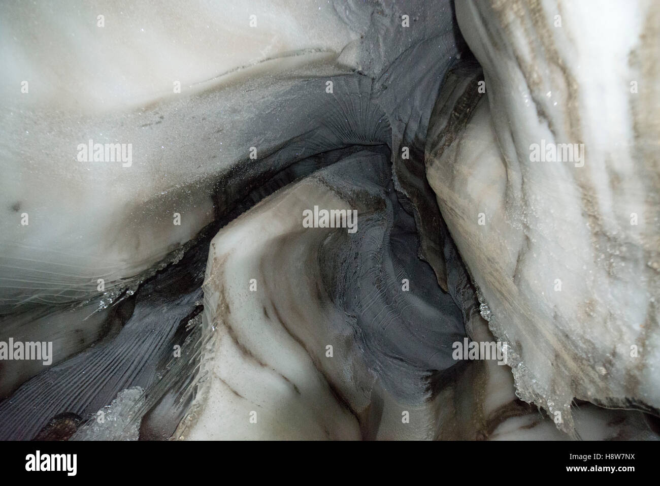 Close up of an ice cave in Larsbreen, Svalbard, Spitsbergen, Norway Nahaufnahme der Gletscherhöhle des Larsbreen - Stock Image