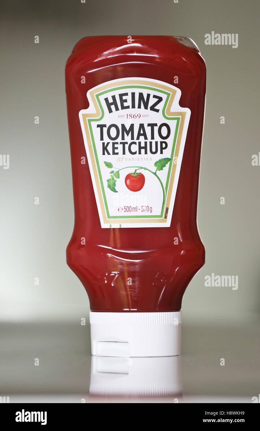 Plastic bottle of Heinz tomato ketchup - Stock Image