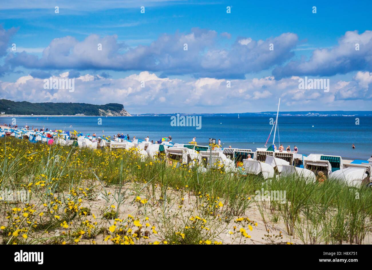 Strandkörbe (hooded beach chairs) on the beach of the Baltic Sea resort Göhren, Rügen, Mecklenburg - Stock Image