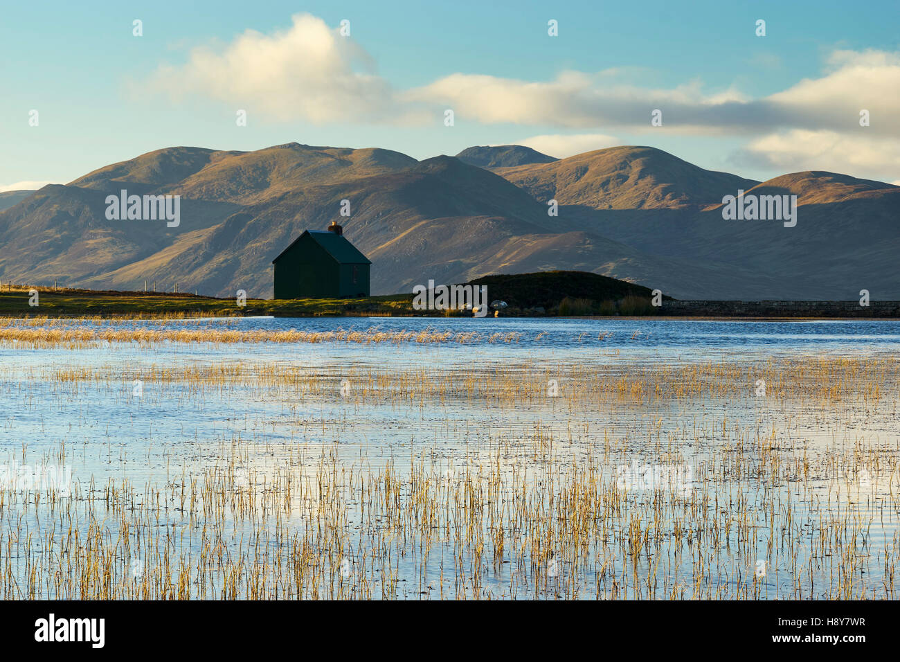 Hut and lochan on Urlar Moor, above Kenmore, Perthshire, Scotland.  Carn Mairg above Glen Lyon in the background. - Stock Image