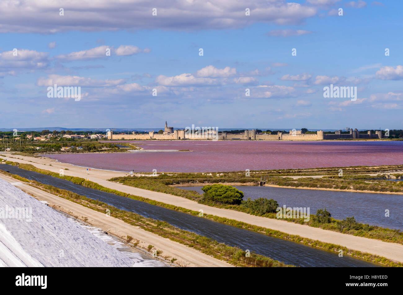 Les Remparts côté Sud vue des Salins du Midi Aigues-Mortes,Camargue - FRANCE - Stock Image