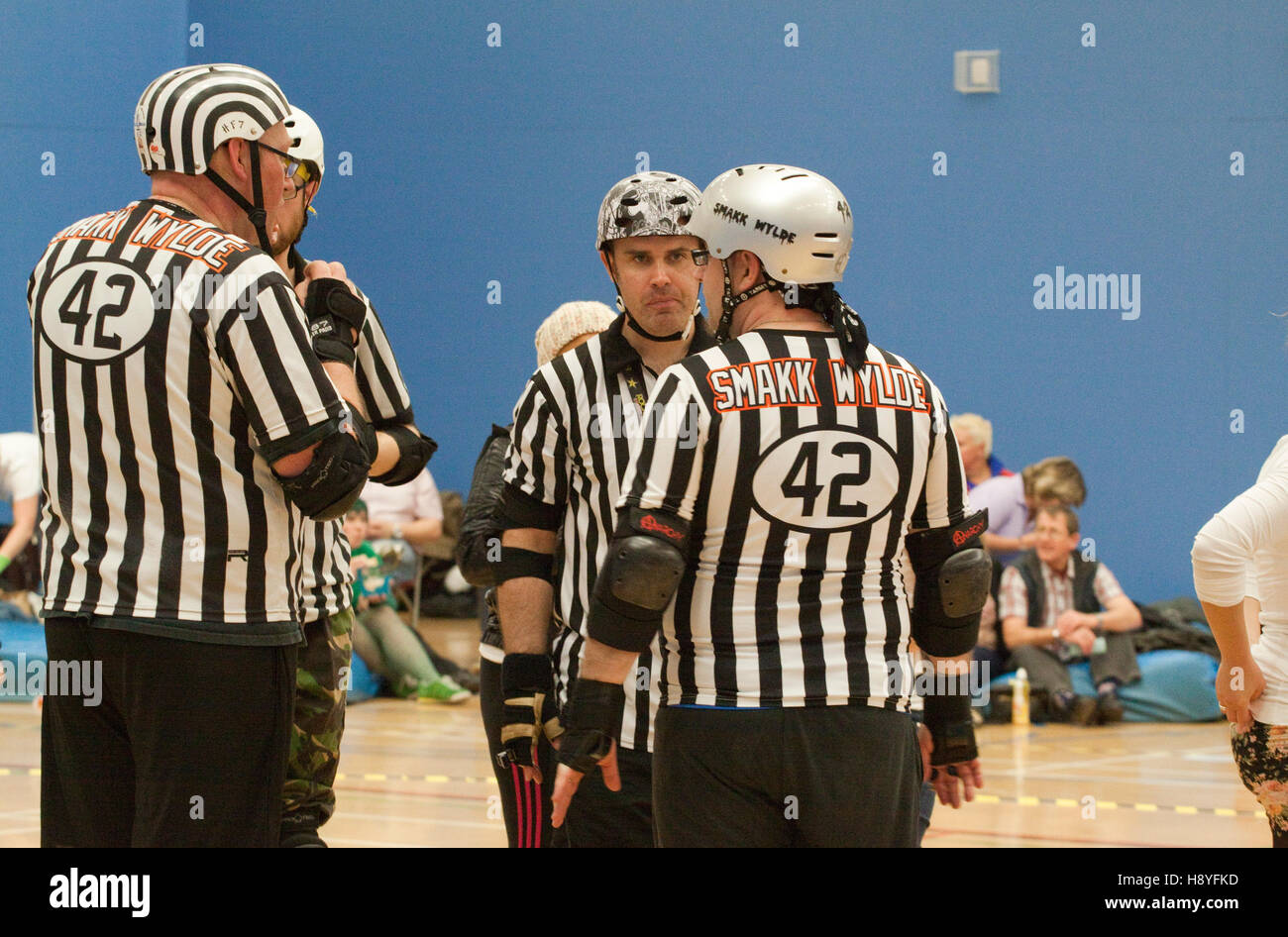 Two roller derby referees wearing the same jersey/top - Stock Image