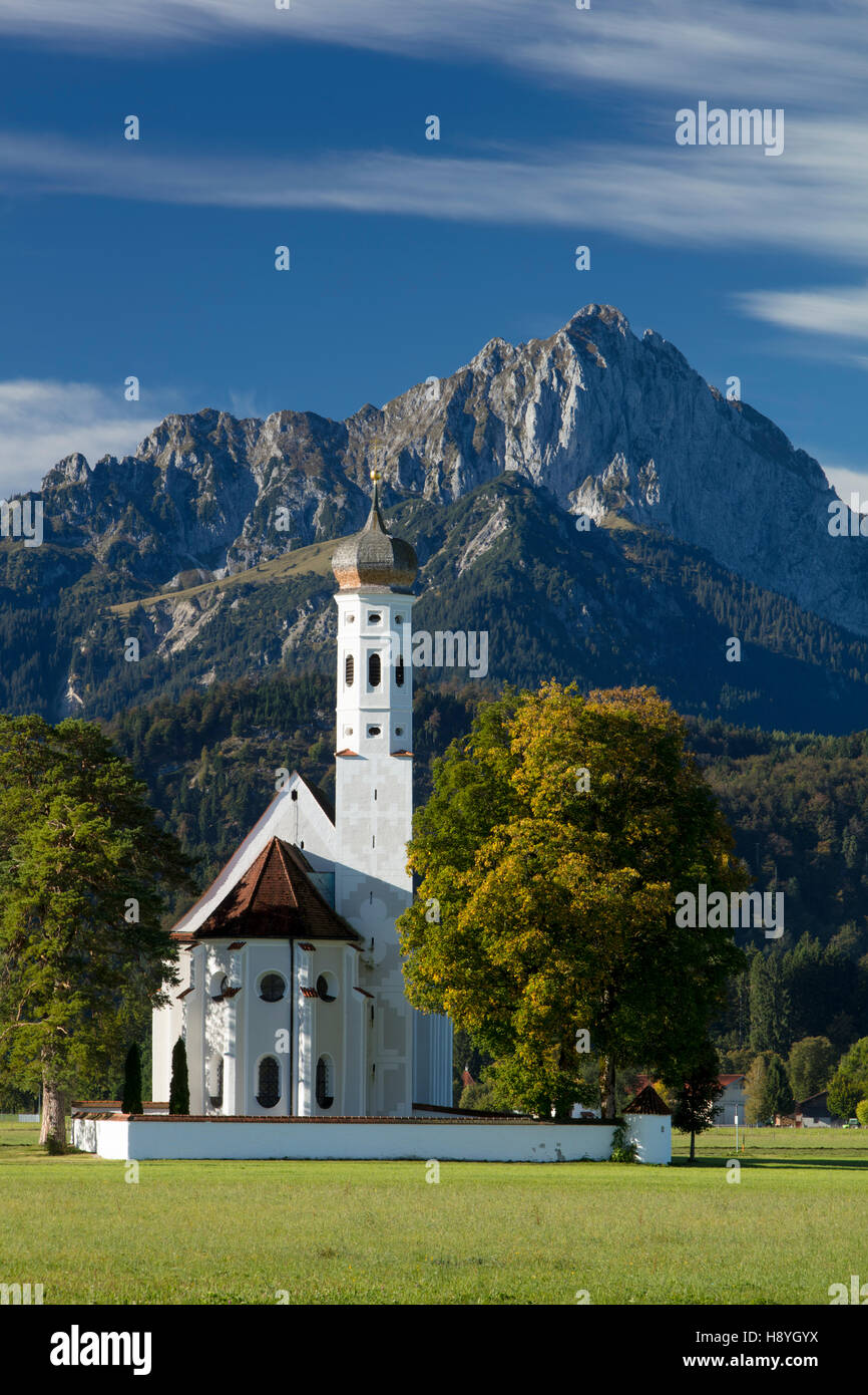 Bavarian Alps tower over the Pilgrim's Church - St. Coloman, Schwangau, Bavaria, Germany - Stock Image
