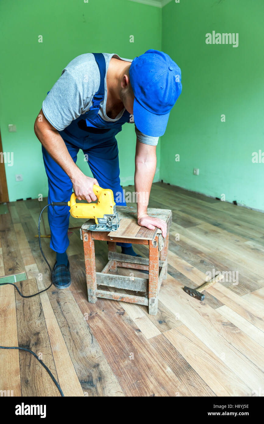 worker install the laminate floor - Stock Image