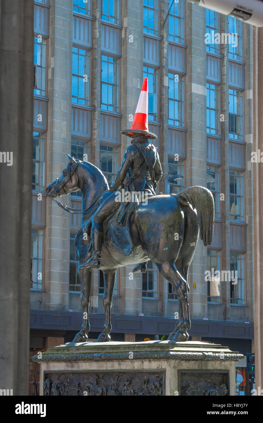 The statue of the Duke of Wellington outside the Glagow Museum of Art. The statue always has a traffic cone placed - Stock Image