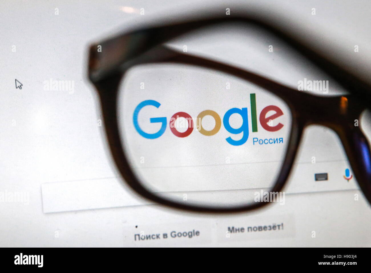 St Petersburg, Russia. 16th Nov, 2016. Glasses on a computer screen showing the logo and search box of the Google - Stock Image