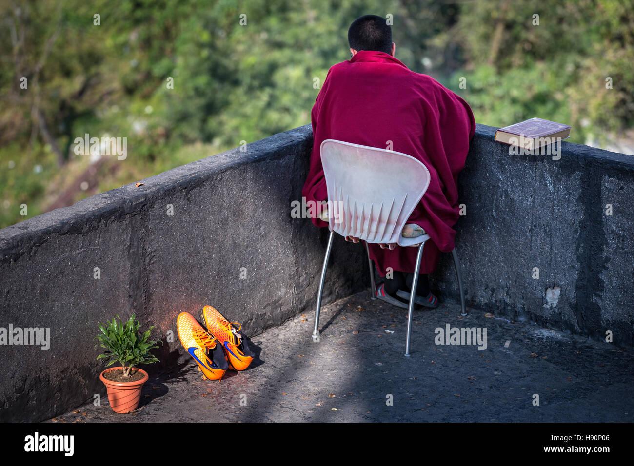 A young monk resting, McLeod Ganj, Dharamsala, Himachal Pradesh, India - Stock Image