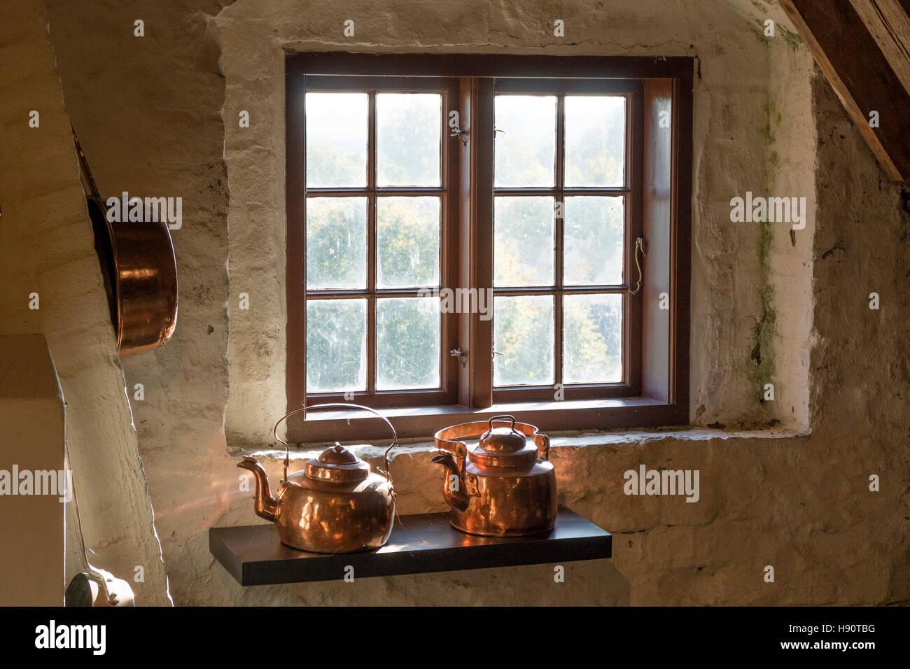 Copper kettles in the kitchen in Egeskov castle, Kvaendrup,Funen, Denmark - Stock Image