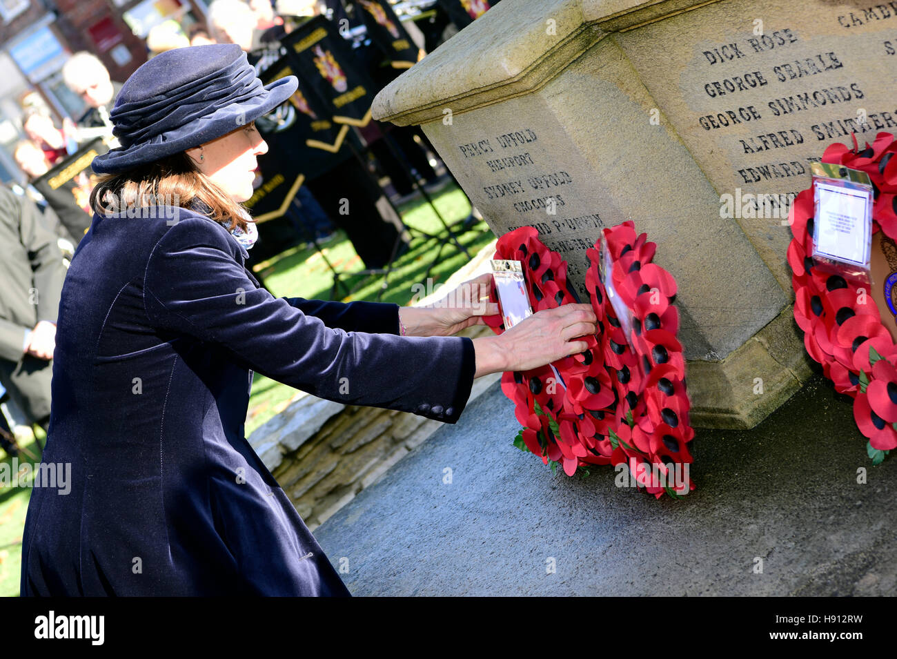Woman locl councillor laying a wreath on Remembrance Sunday, Haslemere, Surrey, UK. 13 November 2016. - Stock Image