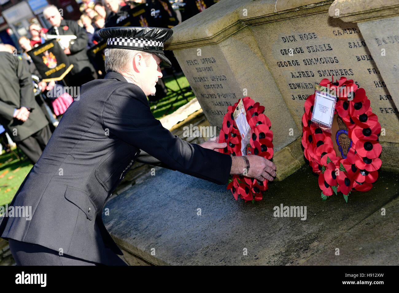 Police officer laying a wreath on Remembrance Sunday, Haslemere, Surrey, UK.13 November 2016. - Stock Image