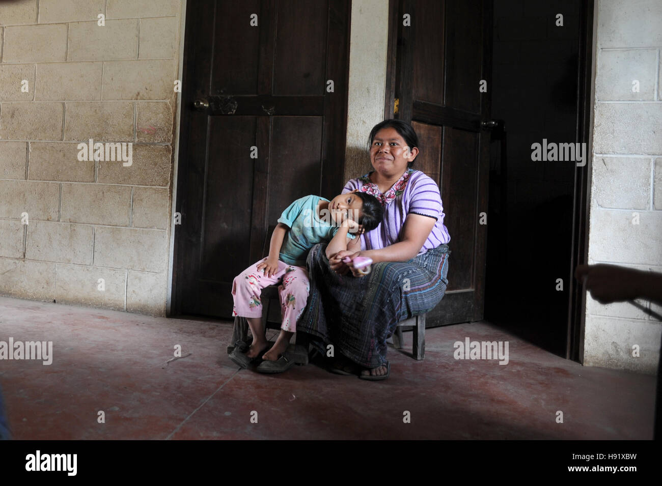 Maya indigenous mother and daughter at home in Chuk Muk, Solola, Guatemala. - Stock Image