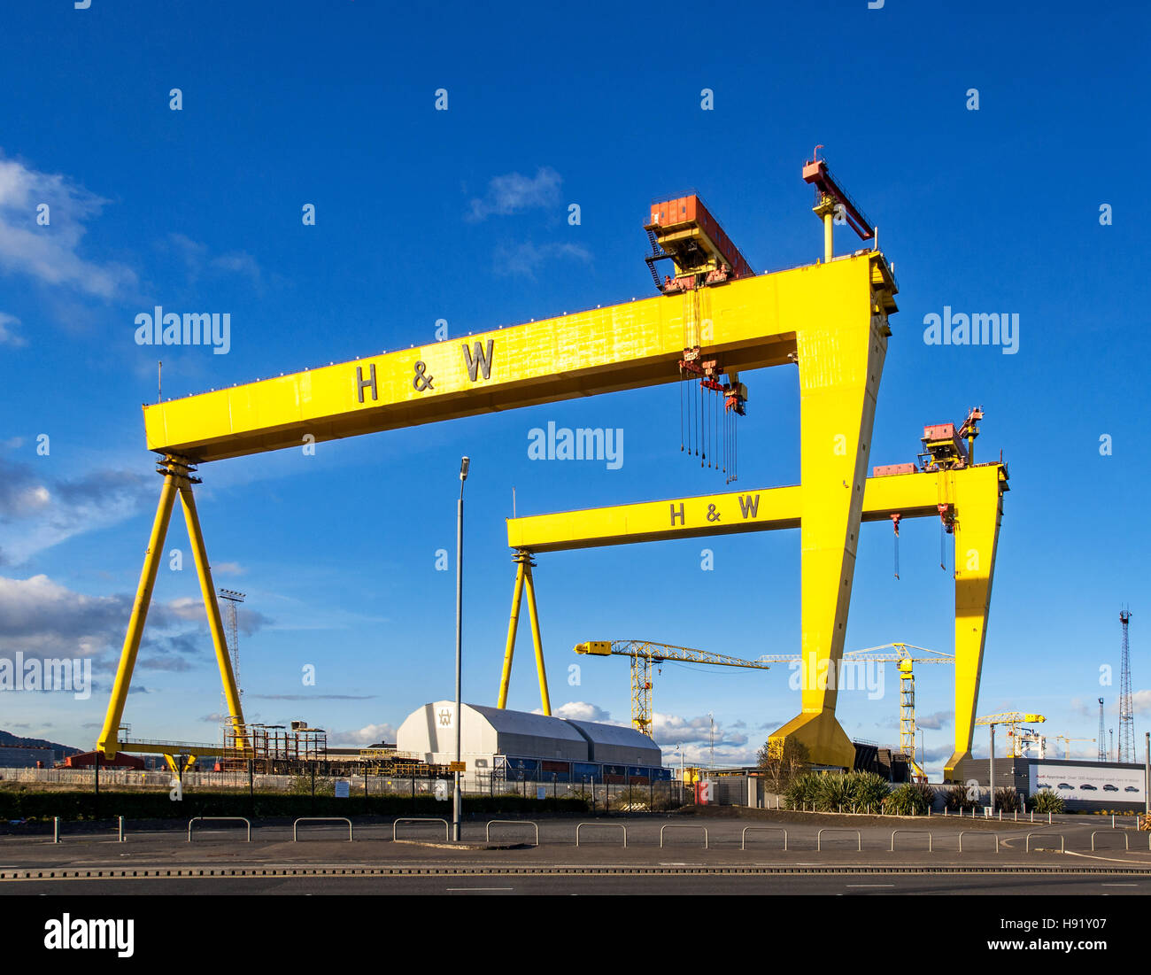 Samson and Goliath. Twin shipbuilding gantry cranes in Titanic quarter, famous landmark of Belfast, Norther Ireland. - Stock Image