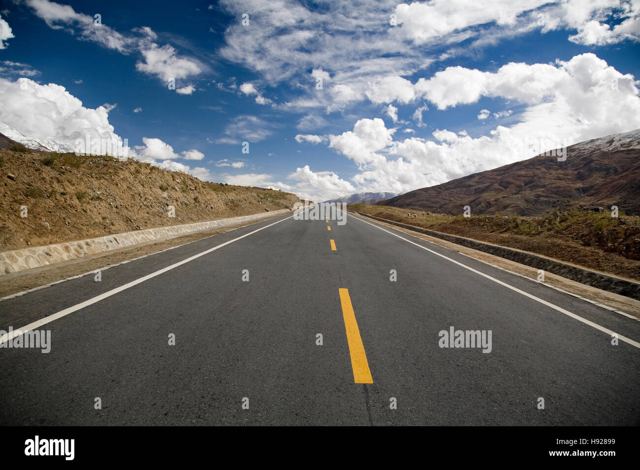Endless road from Lhasa to Gyangtse in Tibet. - Stock Image