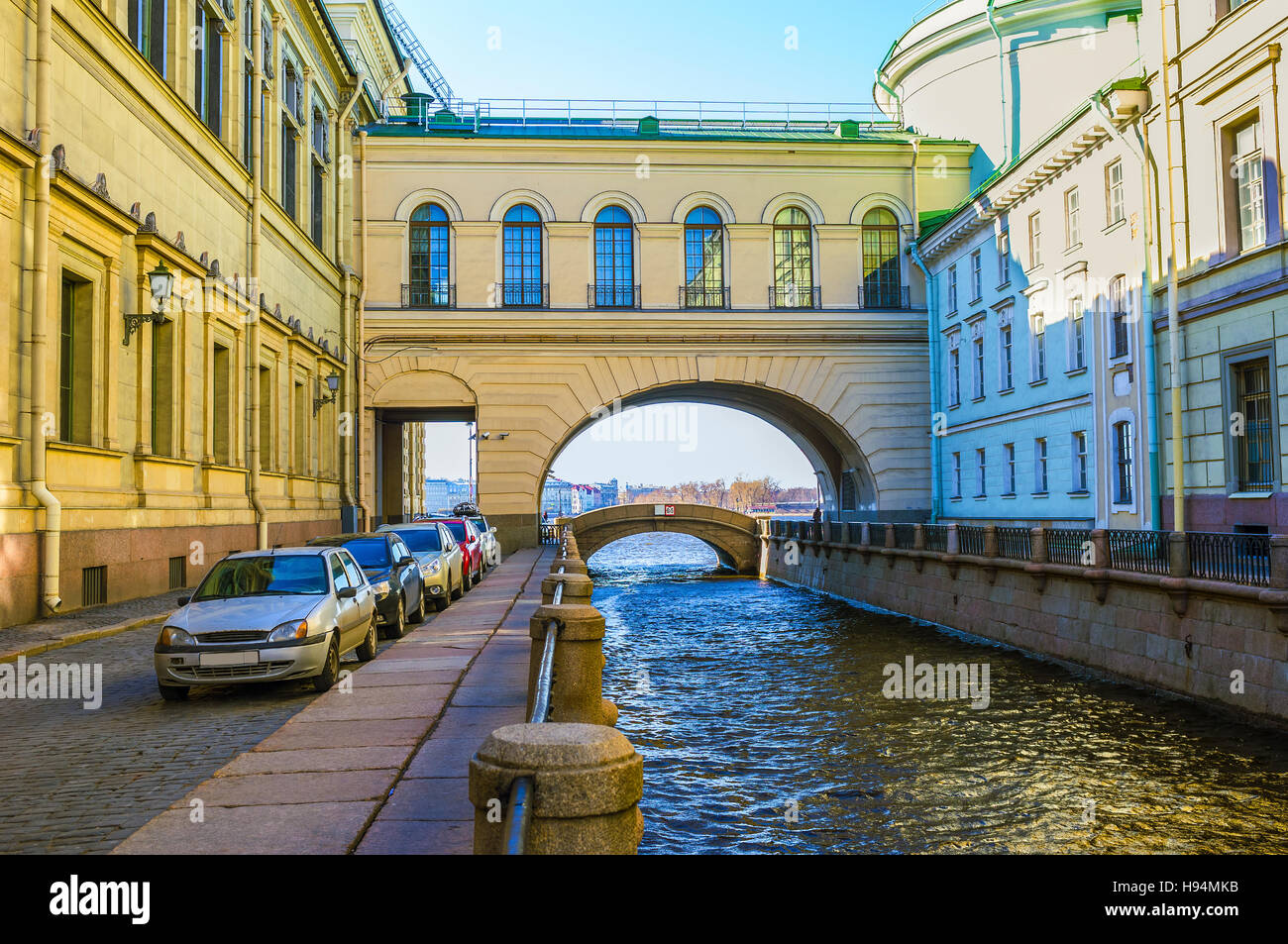 The huge arch with high windows connects the Old Hermitage with the Hermitage Theatre, Sain Petersburg, Russia. - Stock Image