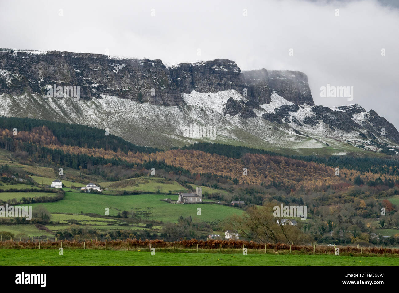 Binevenagh Mountain, Limavady. Co Londonderry, UK. 18th November, 2016. Snow settles on the top of Binevenagh Mountain - Stock Image