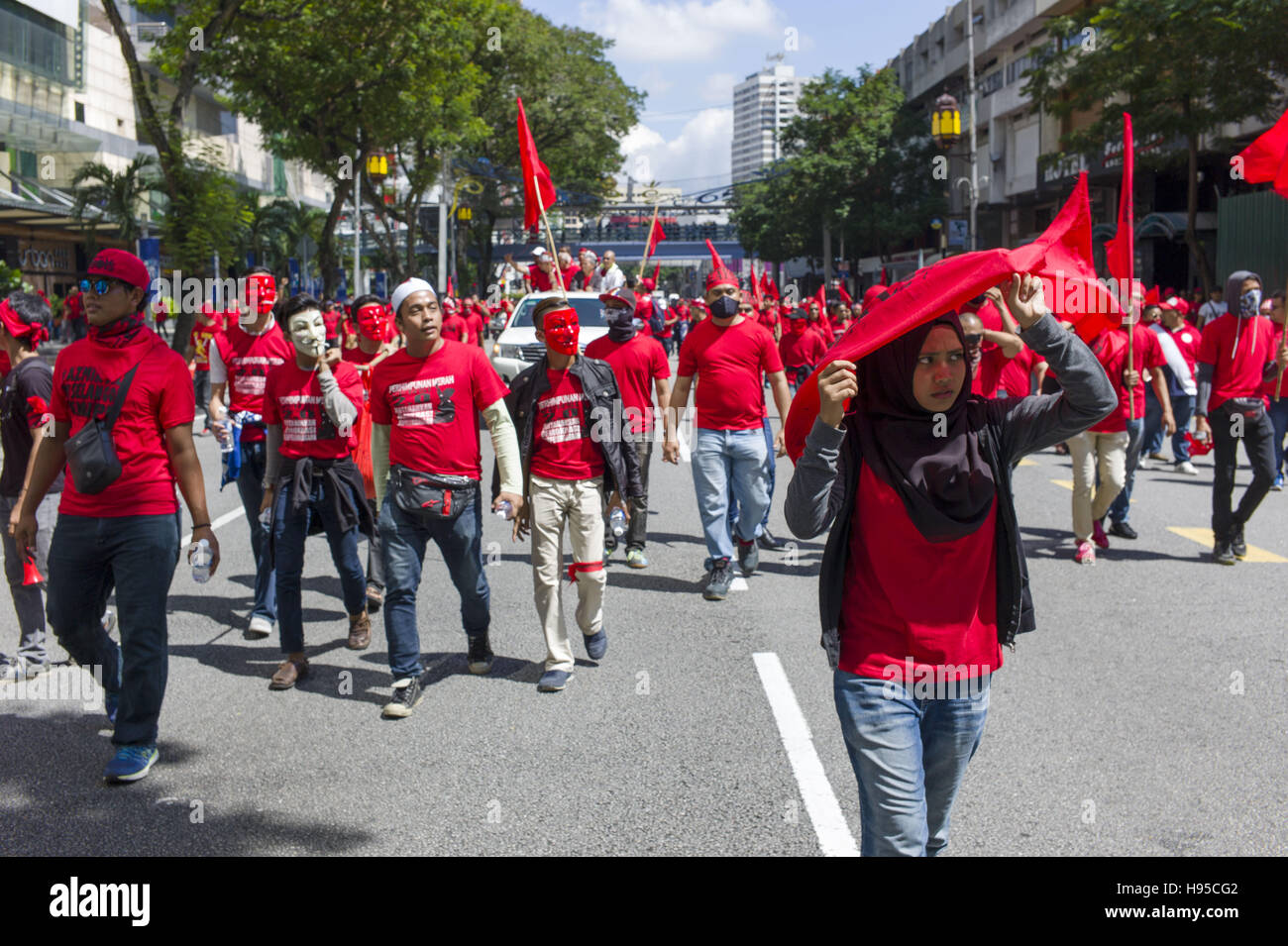 Kuala Lumpur, KUALA LUMPUR, MALAYSIA. 19th Nov, 2016. Rightist 'Red Shirts' supporters march to counter a protest Stock Photo