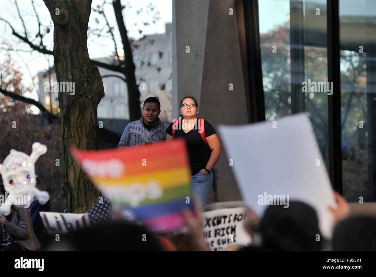 Philadelphia, Pennsylvania, USA. 19th November, 2016. Onlookers near Independence Mall in Center City, Philadelphia, - Stock Image