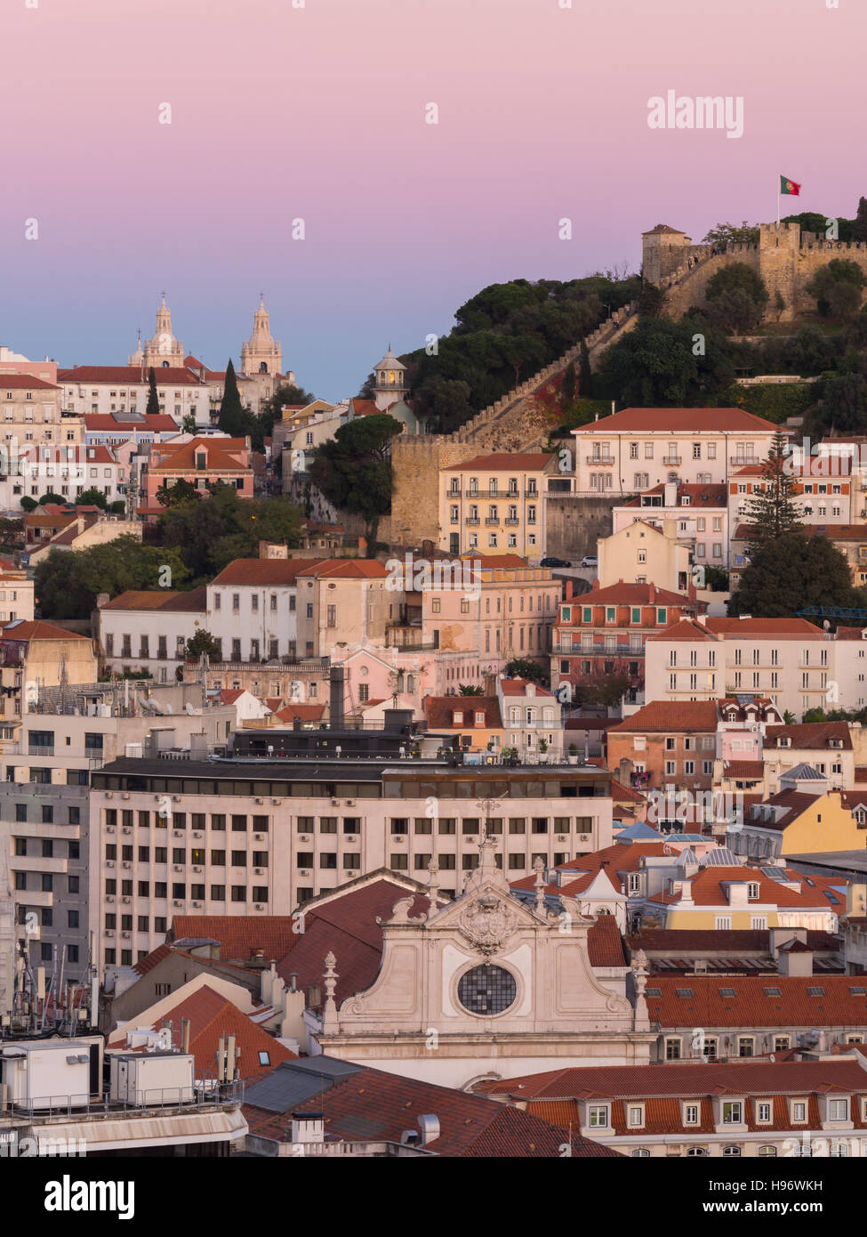 Cityscape of Lisbon, Portugal, with the Sao Jorge Castle seen from Miradouro Sao Pedro de Alcantara at night. - Stock Image