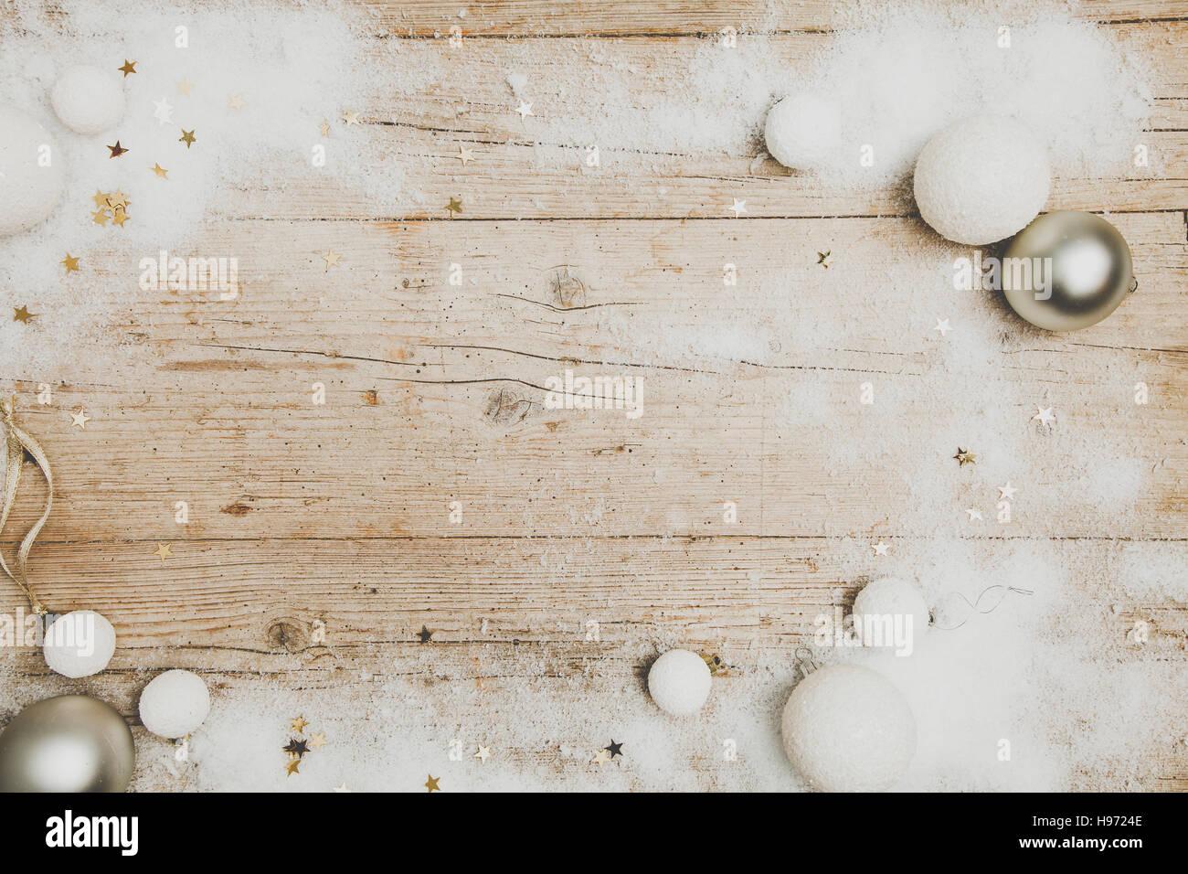 Weihnachtlicher grauer Holz Hintergrund mit Deko - Stock Image