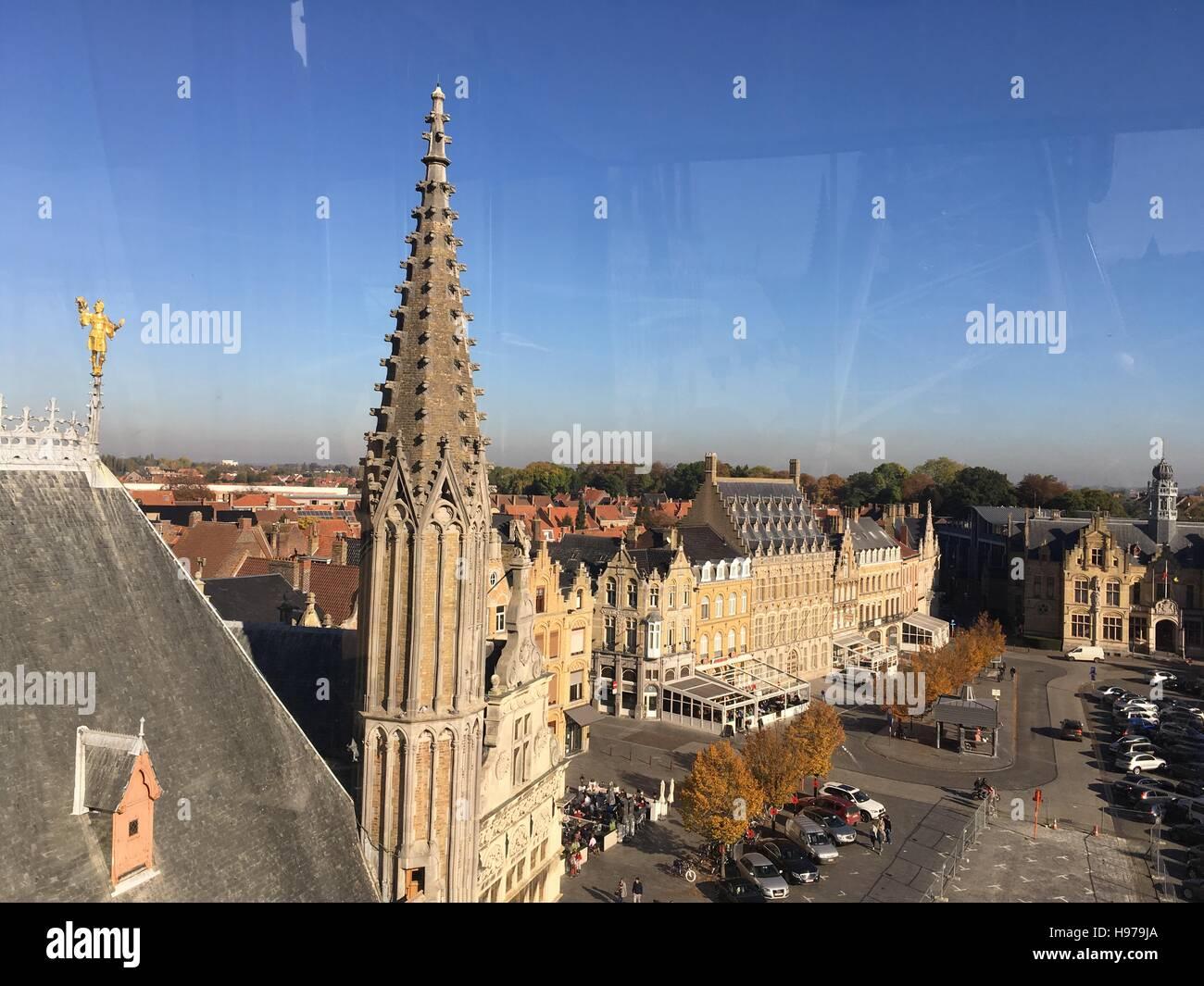 Hallen, grote Markt, gerechtsgebouw en Sint-Maartens Kathedraal Ieper vanuit de lucht Stock Photo