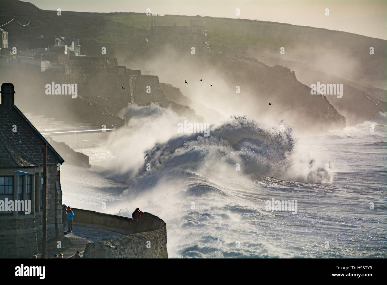 Porthleven, Cornwall, UK. 20th November 2016. UK Weather. Big waves brought in by Storm Angus and the supermoon Stock Photo