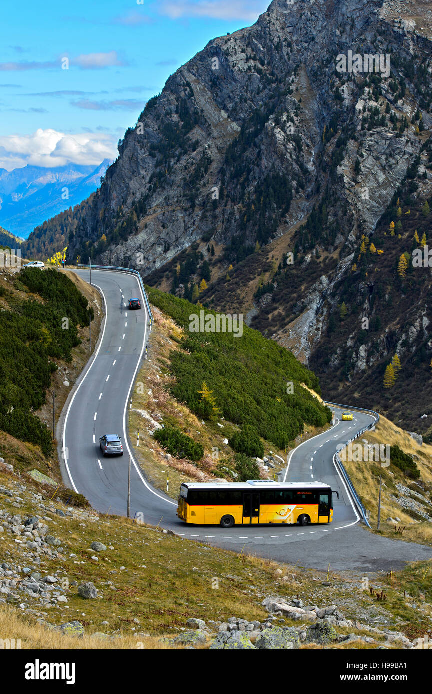 Postal service coach in a hairpin turn on the Flüela Pass road, Davos, Flüela Pass, Grisons, Switzerland - Stock Image